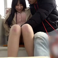 遊園地デートの最中、遠隔操作ができるローターを挿れられ快楽に耐える女の子