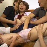 巨乳の女子高生が痴漢サイトで標的にされてしまい、平田つかさくんたちから輪姦されつつ何度もイカされてしまう!
